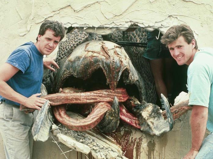 Tom Woodruff e Alec Gillis con un Graboid sul set di Tremors