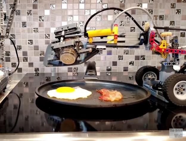 La macchina per la colazione di LEGO in azione