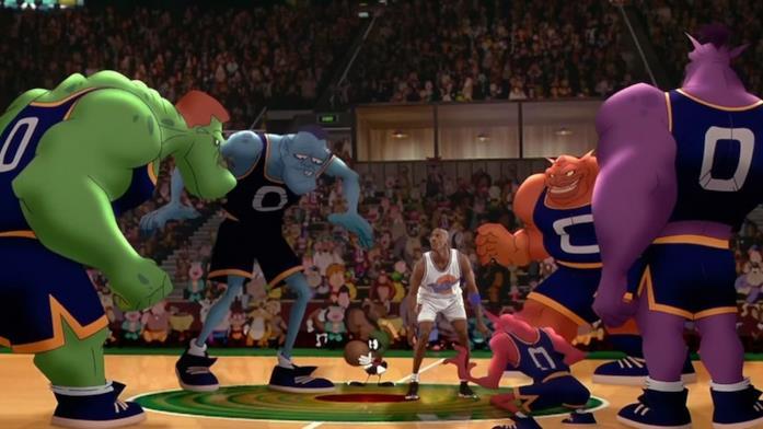Michael Jordan sul campo di basket che fronteggia i Monstars