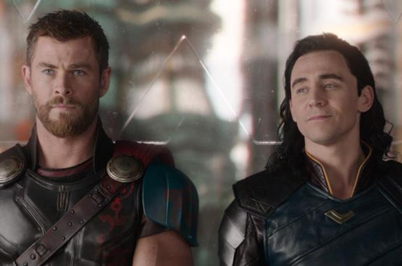 Chris Hemsworth e Tom hiddleston in Thor: Ragnarok