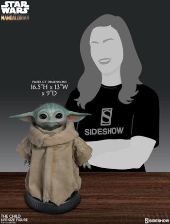 Baby Yoda accanto a una figura femminile