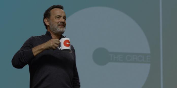 The Circle, la recensione del thriller distopico con Tom Hanks