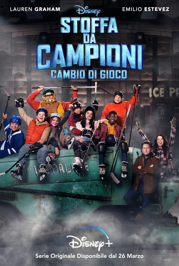 I protagonisti della serie TV Stoffa da campioni: cambio di gioco, all'interno di un campo da hockey, festeggiano