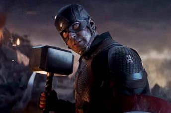 Capitan America impugna il Mjolnir in Avengers: Endgame