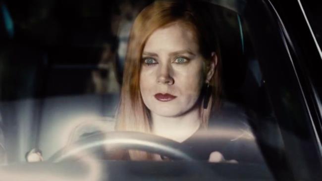 Amy Adams al volante in Animali Notturni