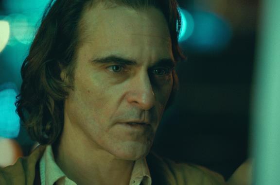 Un primo piano di Joaquin Phoenix in una scena del film Joker