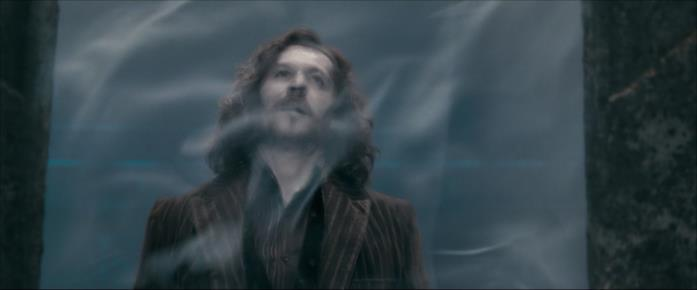 Sirius, colpito da Bellatrix, cade oltre un velo al Dipartimento Misteri