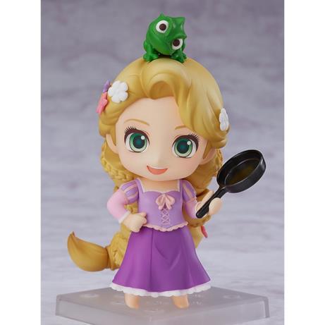 Rapunzel ha una padella nera che usa per colpire i nemici