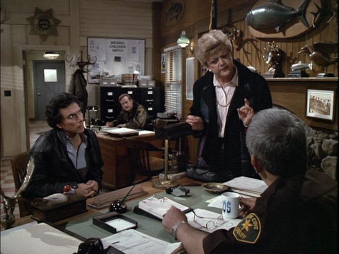 Un'immagine che ritrae Jessica Fletcher mentre discute con il sergente Amos in merito ad un omicidio