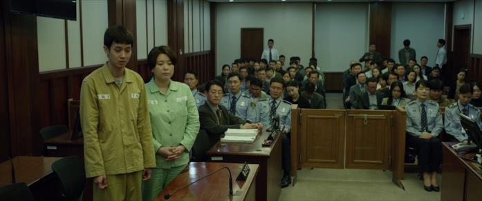 Ki-woo e la madre a processo nella scena finale di Parasite