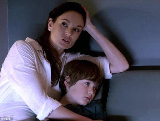 Sarah Wayne Callies nei panni della dottoressa Tancredi con il figlio in Prison Break