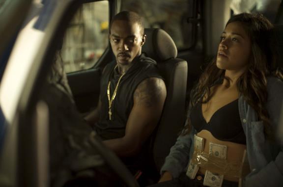 Anthony Mackie e Gina Rodriguez in una scena del film Miss Bala