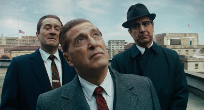 Tre uomini si trovano su un tetto: uno di loro guarda il cielo