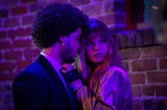 Jorge Lendeborg Jr. e Debby Ryan in una scena del film Night Teeth