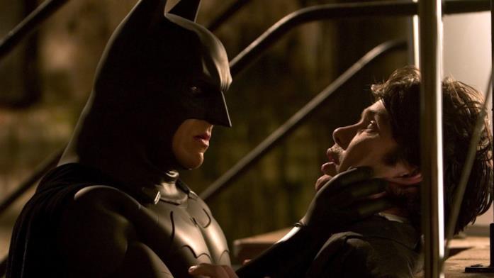 Christian Bale nei panni di Batman in una scena di Batman Begins