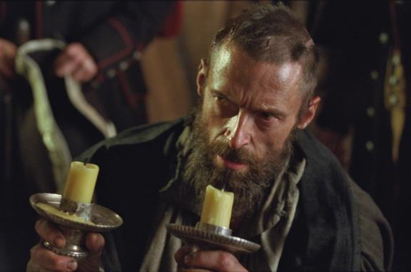 Un primo piano di Hugh Jackman nel film Les Misérables