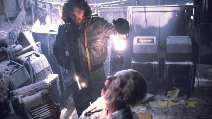 Kurt Russell in esplorazione in una stazione in Antartide in La cosa, di John Carpenter (1982)