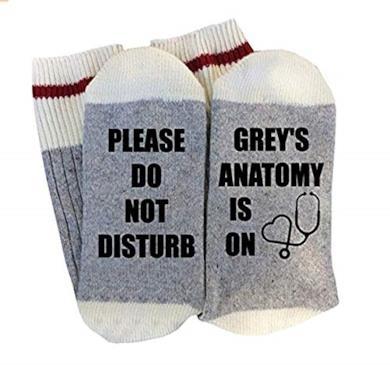 """Calze da adulto con scritta stampata """"Please Do Not Disturb Grey's Anatomy Is On"""""""