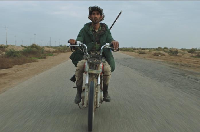 Un giovane siriano in motocicletta