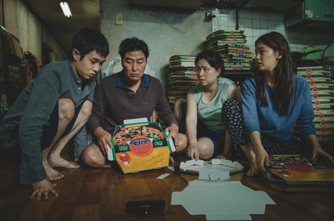 La famiglia protagonista di Parasite nella sua casa scantinato