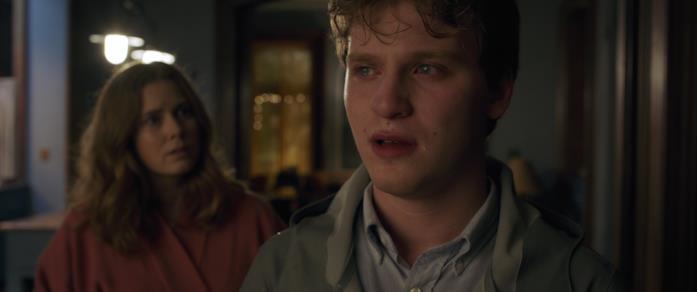 Ethan con le lacrime agli occhi parla con Anna