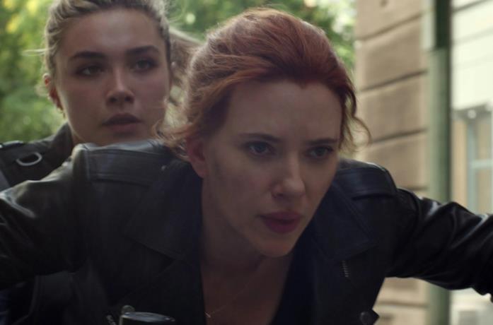Scarlett Johansson e Florence Pugh in moto