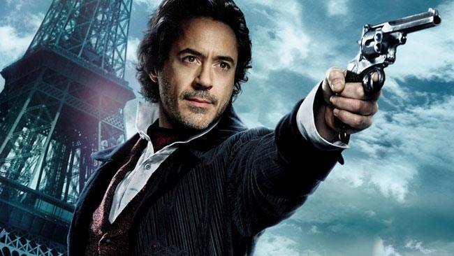 Sherlock Holmes di Robert Downey Jr. con una pistola in mano