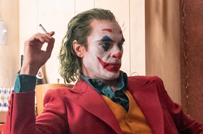 Joker fuma una sigaretta in una scena del film