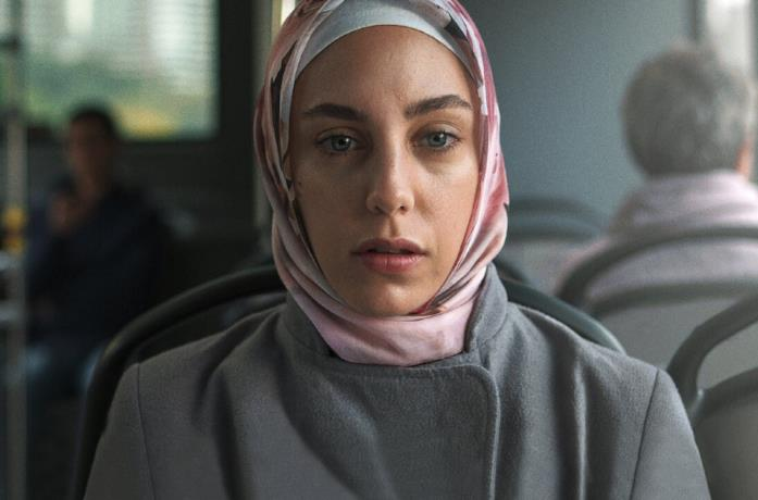 Un primo piano di Öykü Karayel in una scena della serie TV Ethos