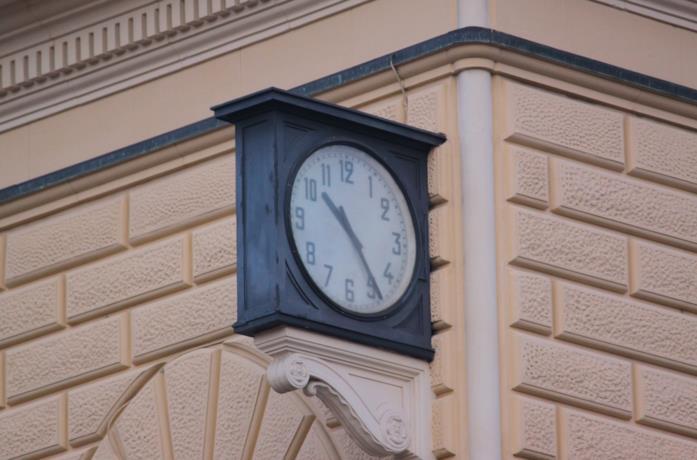 L'orologio della stazione, fermo perennemente alle ore 10:25 in memoria del momento della strage