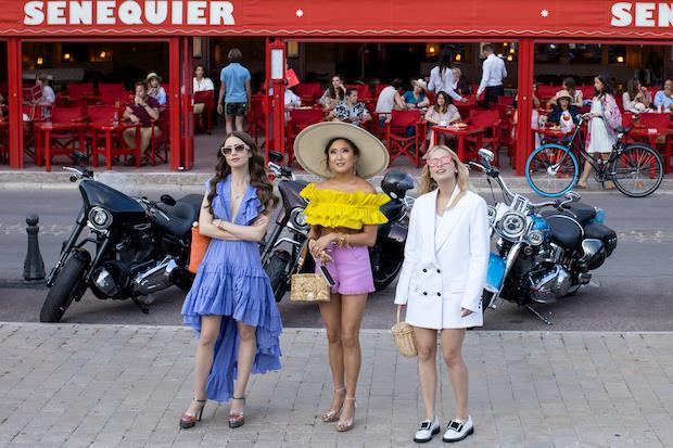 Lily Collins, Ashley Park e Camille Razat nel secondo episodio della seconda stagione di Emily in Paris