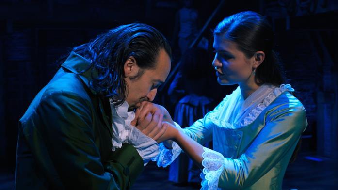 Lin-Manuel Miranda bacia la mano dell'amata