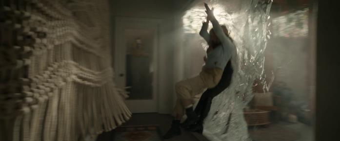 Athena e Crystal sfondano il vetro della veranda