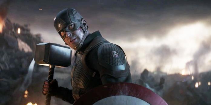 Captain America solleva il martello in Avengers: Endgame