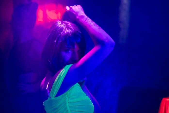 Ludovica balla in una discoteca con luci fluorescenti