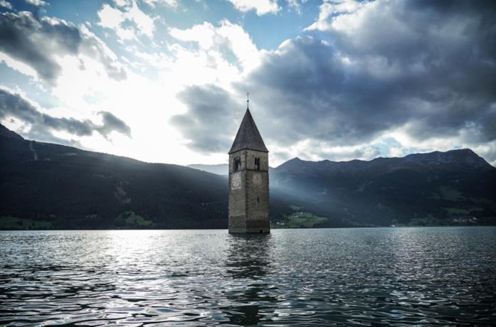 Una delle prime immagini promozionali di Curon, la serie Netflix ambientata in Italia