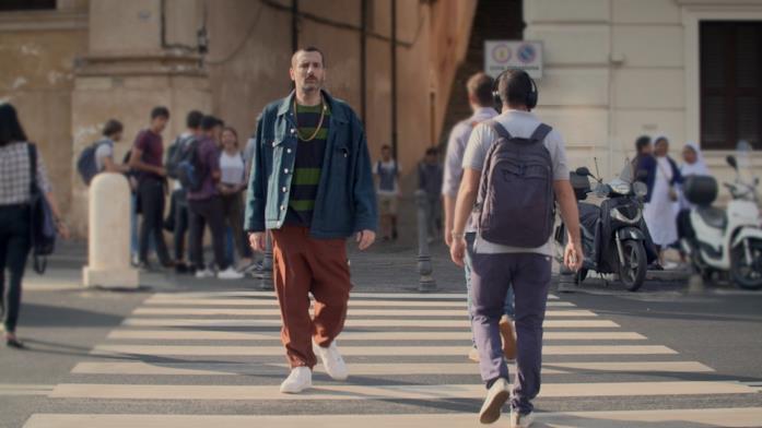 Costantino della Gherardesca passeggia per le strade di Roma