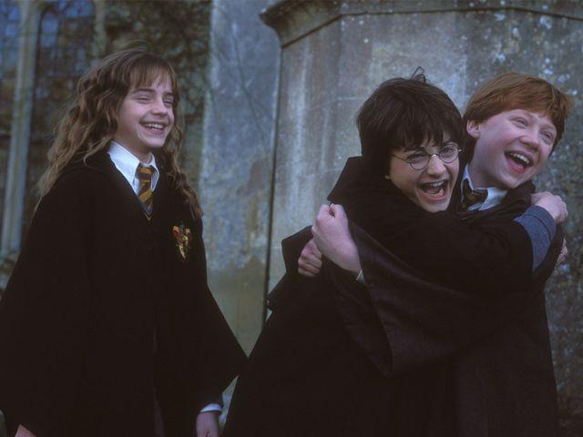 Harry, Ron ed Hermione in una scena di esultanza dei film