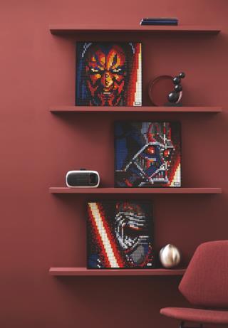 Le tre versioni di LEGO Art Star Wars esposte su delle mensole