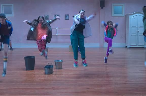 Una ballerina allena un gruppo di bambine in Feel the beat, in arrivo su Netflix