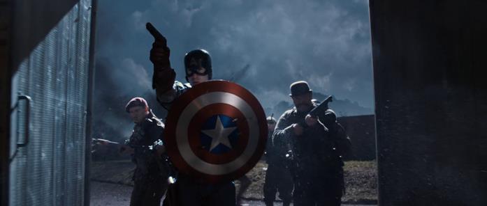Cap fa irruzione con altri uomini in una scena del primo Captain America
