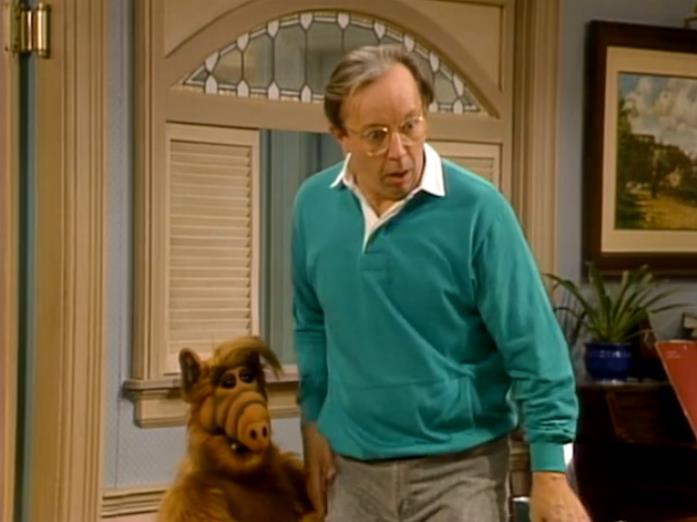 Willie Tanner insieme ad Alf in una scena della serie TV