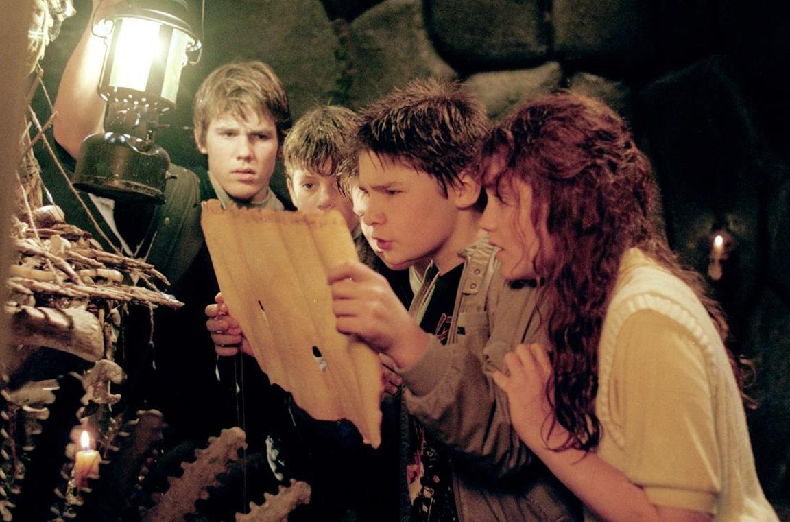 I Goonies consultano la mappa del tesoro rinvenuta