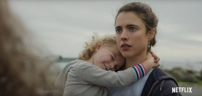 Margaret Qualley tiene in braccio una bambina