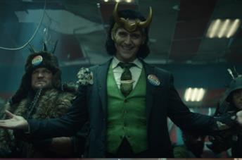 Loki con la spilla vote for Loki
