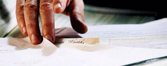 La mano dello Sceriffo Stilinski sul nome di Stiles
