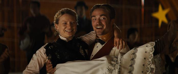 Mia Wasikowska e Robert Pattinson in una scena del film Damsel