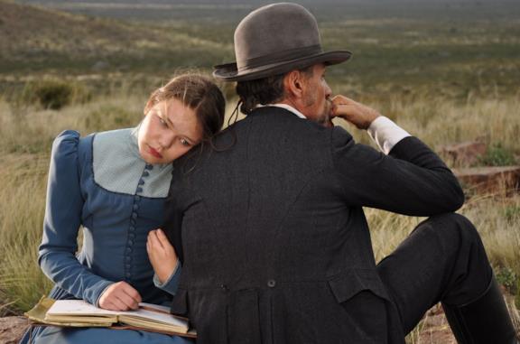 Viilbjørk Malling Agger e Viggo Mortensen in una scena del film Jauja