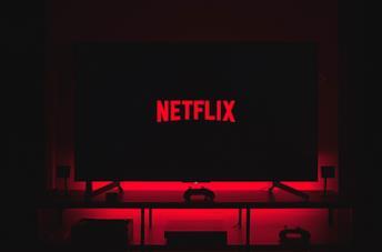 Un utente guarda Netflix dal letto