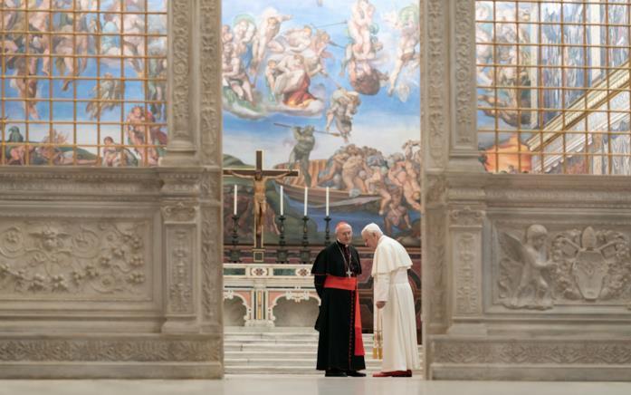 Bergoglio e Ratzinger dialogano nella Cappella Sistina